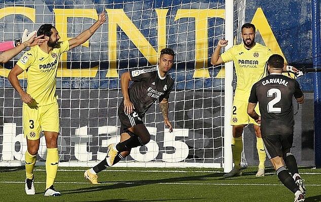 Mariano (giữa) mừng bàn mở tỷ số vào lưới Villarreal. Ảnh: Reuters.