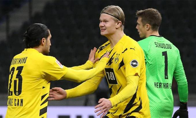 Haaland chi vui với Can - đồng đội kiến tạo cho anh gỡ hoà 1-1 ngay đầu hiệp hai. Ảnh: BVB