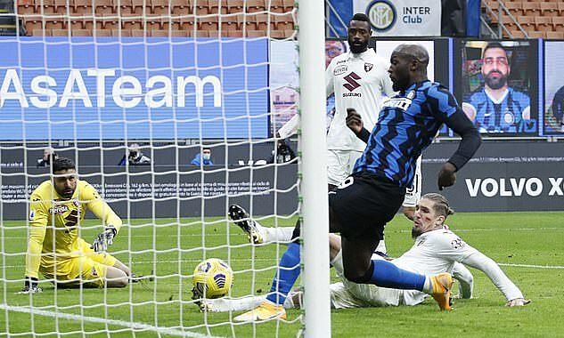 Lukaku đệm bóng gỡ hòa 2-2 ở phút 67. Ảnh: Reuters