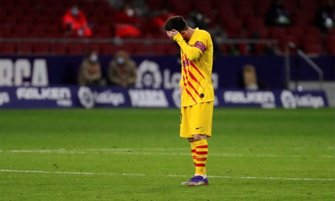 Messi ôm mặt thất vọng sau tiếng còi tan trận Atletico Madrid 1-0 Barca trên sân Wanda Metropolitano, Madrid hôm 21/11. Ảnh: EFE