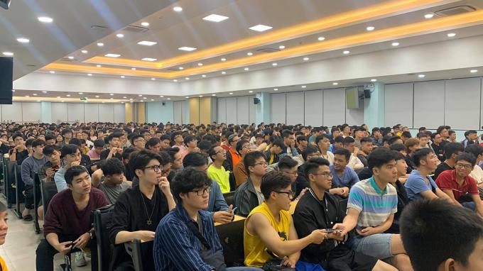 Gần 1.000 tình nguyện viên của đại học FPT tham gia buổi tập huấn cùng ban tổ chức giải chạy VM Hà Nội Midnight.