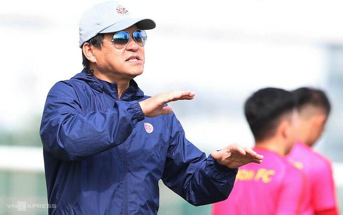 HLV Vũ Tiến Thành chia sẻ cùng VnExpress trong buổi tập đầu tiên của Sài Gòn FC sáng 25/11 chuẩn bị mùa giải mới. Ảnh: Đức Đồng.