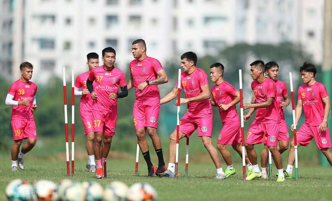Buổi tập đầu tiên của Sài Gòn FC sáng 25/11 có nhiều bản hợp đồng mới và các cầu thủ thử việc. Ảnh: Đức Đồng.