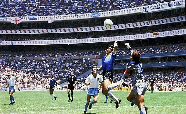 Maradona ghi bàn bằng tay vào lưới tuyển Anh ở World Cup 1986. Ảnh: Offside.