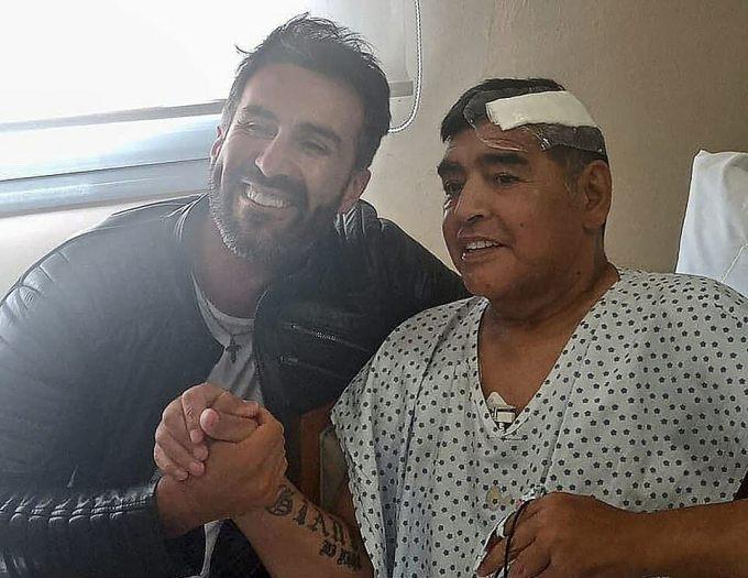 Maradona chụp ảnh cùng người thân sau ca phẫu thuật não cách đây ba tuần. Đây là hình ảnh hiếm hoi cuối cùng của ông. Ảnh: AFP.