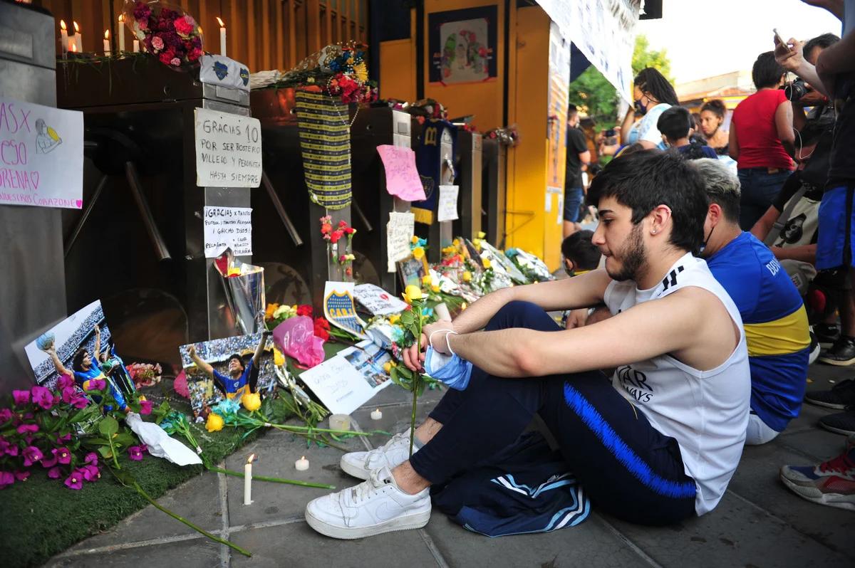 CĐV tưởng niệm Maradona