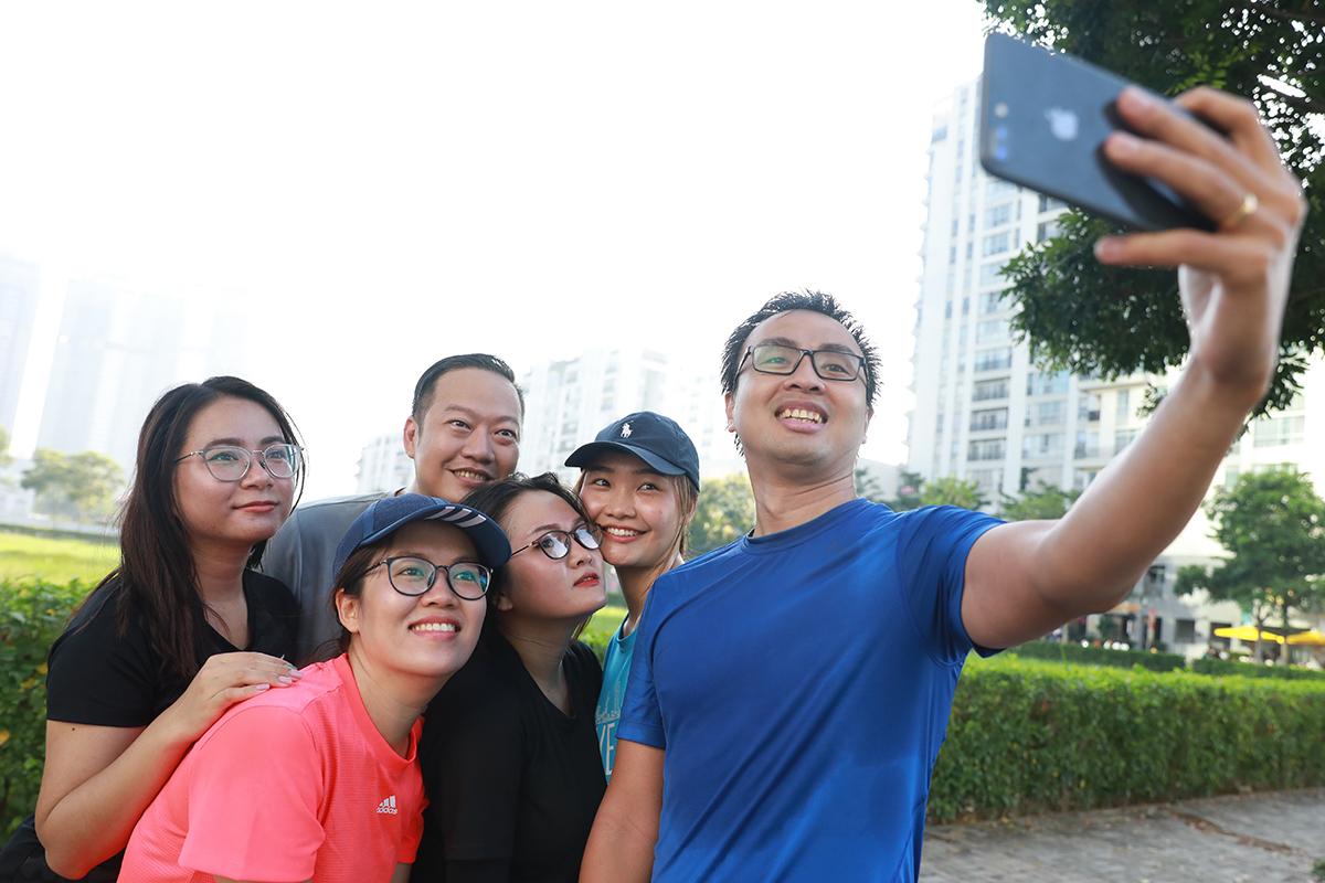 Các runner chuẩn bị cho giải chạy đêm VM Hanoi Midnight