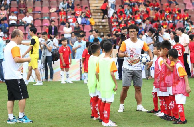 Han Young-kuk (ôm bóng) cùng HLV Park Hang-seo dạy trẻ em chơi bóng ở Bình Định.
