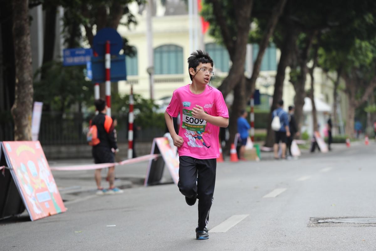 Những runner nhí cán đích đầu tiên Kun Marathon Hanoi 2020