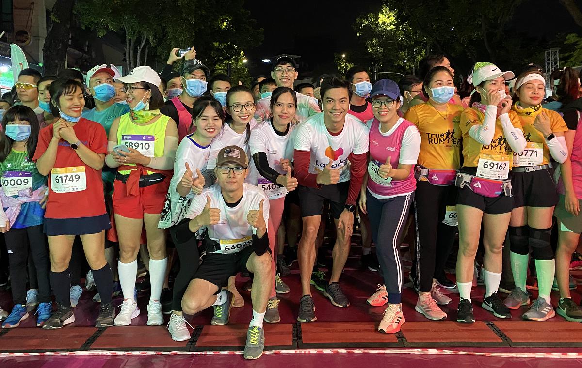 Nhóm chạy hào hứng chinh phục VM Hanoi Midnight giữa trời 17 độ