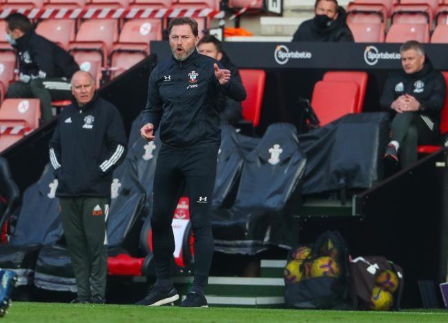 Hasenhuttl chỉ đạo các cầu thủ Southampton trên sân nhà St. Marys. Ảnh: Stuart Martin.