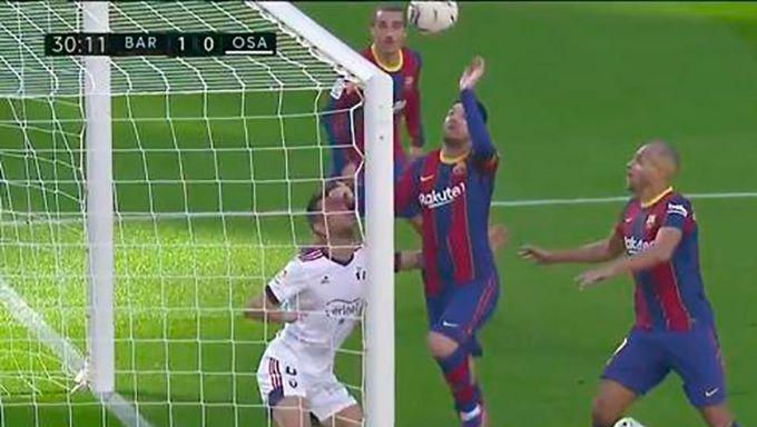 Pha bóng lộn xộn trong bàn mở tỷ số của Barca trước Osasuna tối 29/11. Ảnh: FCB.