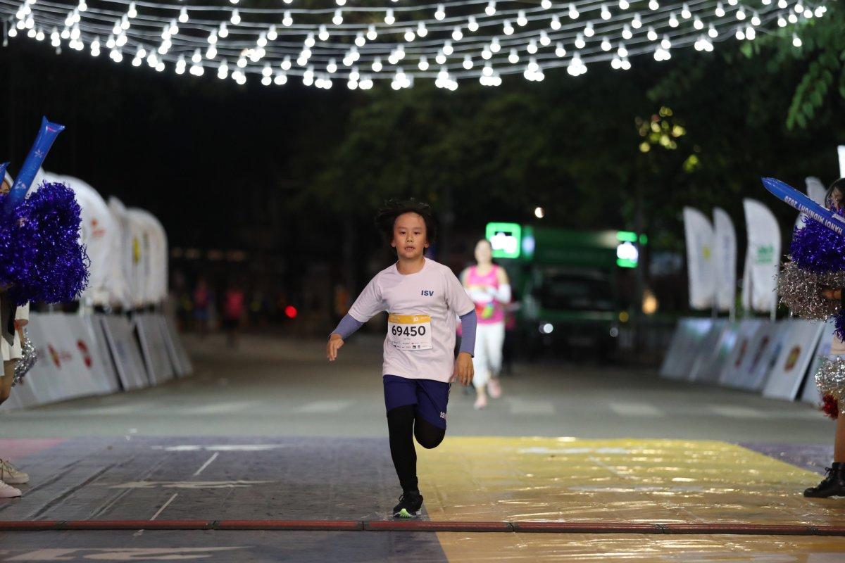 Runner nhí chinh phục đường chạy đêm