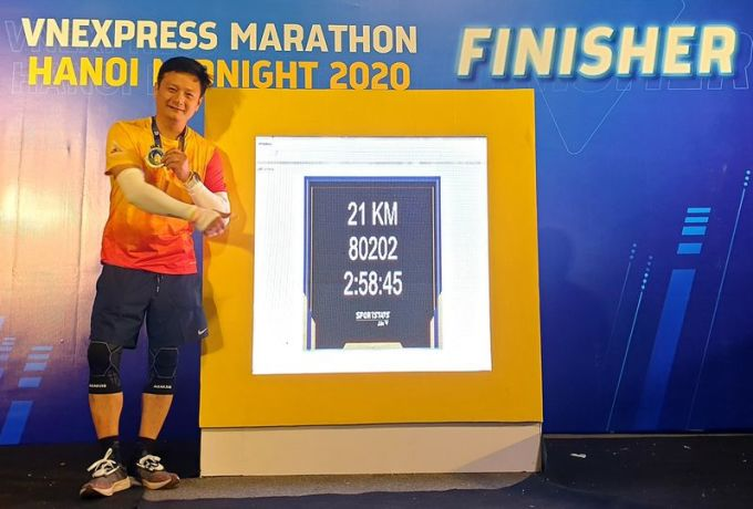 Anh Hứa Anh Tuấn check-in cùng bảng  Finisher.