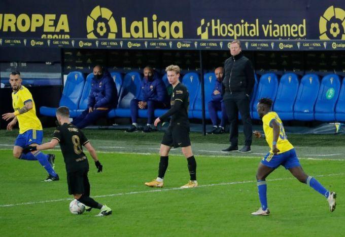 HLV Koeman thất vọng nhìn các cầu thủ Barca thua trận trên sân New Ramon de Carranza. Ảnh: Reuters.