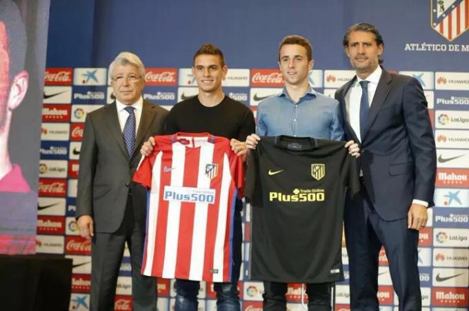 Jota (thứ hai từ phải sang) trong buổi lễ ra mắt cùng Atletico Madrid hè 2016, nhưng anh sau đó không được đội bóng này trọng dụng. Ảnh: EFE