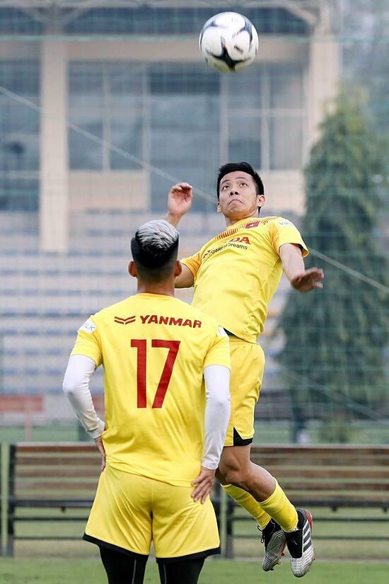 Văn Quyết trên sân tập của đội tuyển Việt Nam, ở Trung tâm Đào tạo Bóng đá trẻ VFF chiều 9/12. Ảnh: Nam Anh.