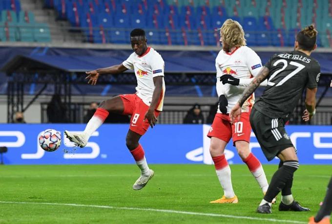 Haidara thoải mái sút trong cấm địa Man Utd, nhân đôi cách biệt cho Leipzig. Ảnh: Reuters.