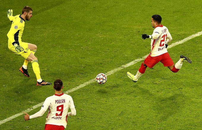 Kluivert nâng tỷ số lên 3-0 ở phút 69, sau một loạt sai lầm phòng ngự của Man Utd. Ảnh: AP.