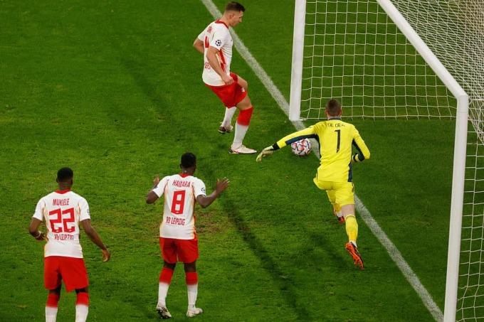 Orban làm tung lưới Man Utd ở phút 30, nhưng bị VAR xác định lỗi việt vị. Ảnh: AFP.
