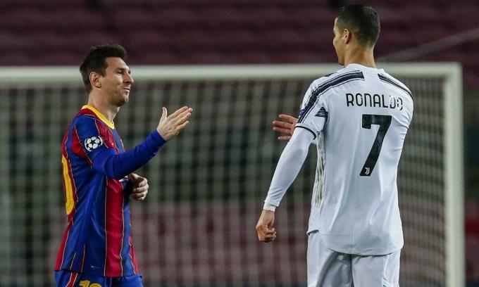 Messi đến bắt tay và khoác vai Ronaldo sau trận. Ảnh: AP