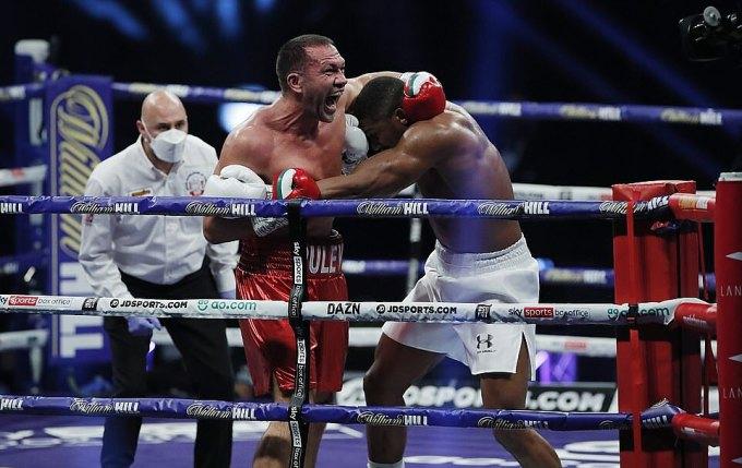Trận đấu với Joshua có thể xem là lời chào quyền Anh đỉnh cao của Pulev (trái). Ảnh: EPA.