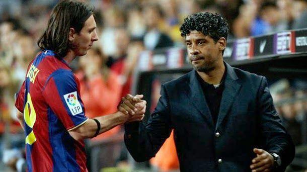 HLV Rijkaard bắt tay Lionel Messi trong một trận đấu năm 2003. Ảnh: EPA.