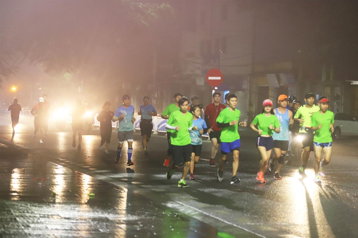 Runner chạy thử cung đường VnExpress Marathon Huế