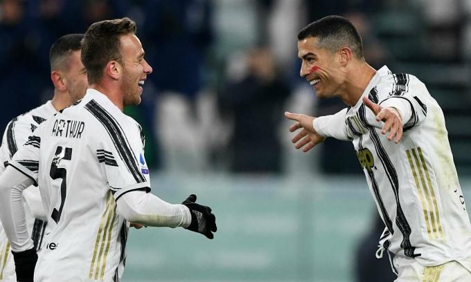 Arthur (trái) cảm thấy may mắn khi được Ronaldo giúp đỡ nhiều ở Juventus. Nhưng, tiền vệ Brazil vẫn chưa ghi bàn ở Turin. Ảnh: AS