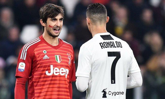 Perin (trái) từng là đồng đội của Ronaldo ở Juventus. Ảnh: Ojogo