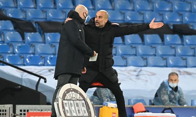 Guardiola (phải) đặt tay lên vai phản ứng mạnh với trọng tài. Ảnh: AFP