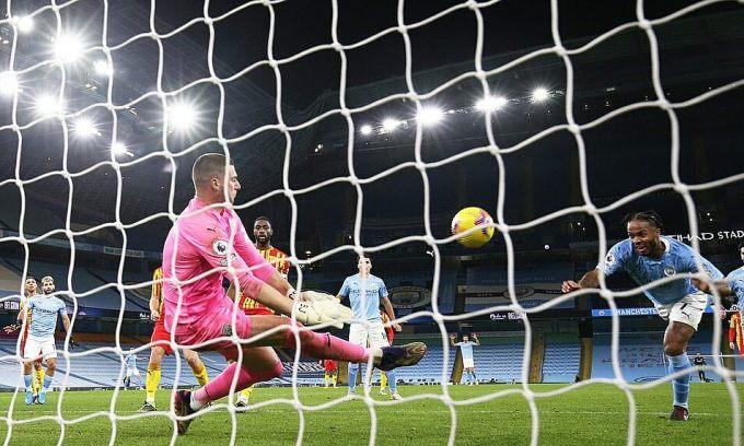 Thủ môn Sam Johnstone cứu thua xuất sắc cho West Brom kiếm điểm từ Etihad. Ảnh: Reuters