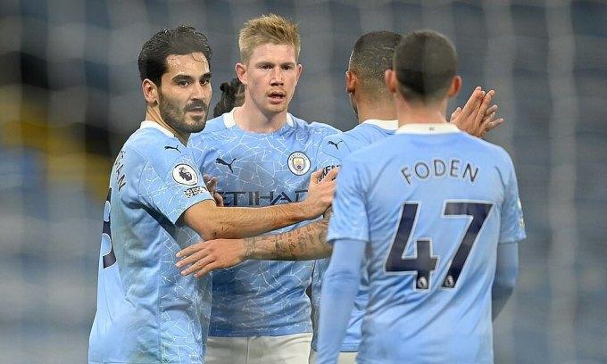Gundogan (trái) mở tỷ số nhưng mọi pha dứt điểm sau đó của Man City đều không thành bàn. Ảnh: Reuters