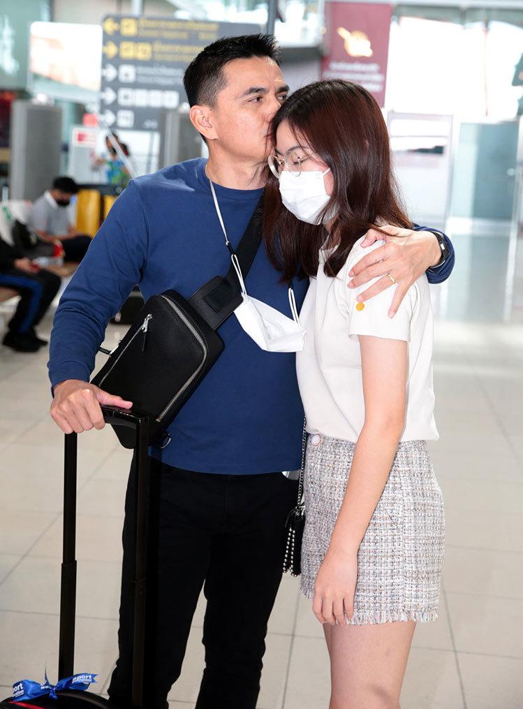 Kiatisuk chia tay vợ con để sang Việt Nam