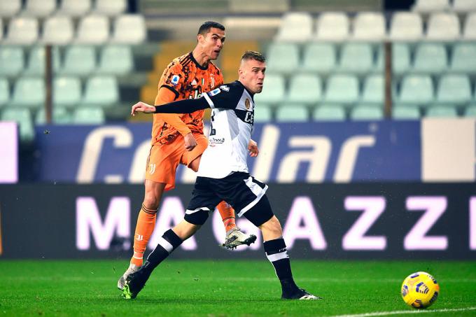 Ronaldo nâng tỷ số lên 3-0, bàn thứ hai của anh trong trận Juventus hạ Parma 4-0 hôm 19/12. Ảnh: Lapresse