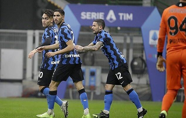 Hakimi (giữa) ghi bàn thứ tư cho Inter tại Serie A. Ảnh: AP.