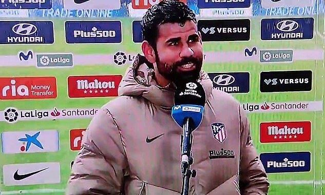 Costa trêu chọc Suarez, sau khi cả hai lần đầu cùng ghi bàn ở một trận đấu cho Atletico Madrid. Ảnh chụp màn hình