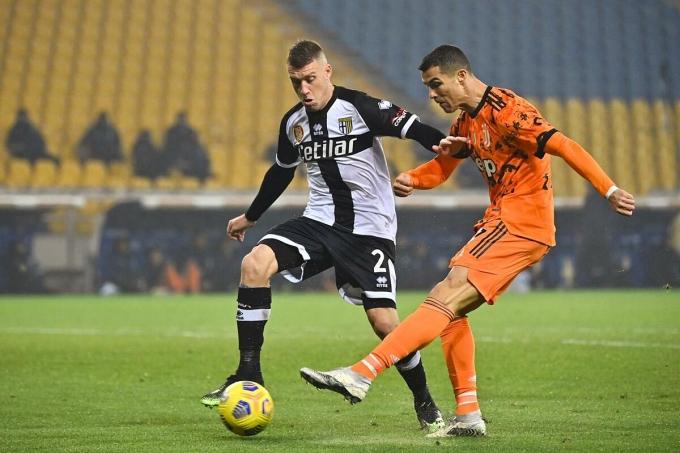 Ronaldo trong tình huống nâng tỷ số lên 3-0 cho Juventus ở đầu hiệp hai trận thắng Parma trên sân Tardini hôm 19/12. Ảnh: Lapresse