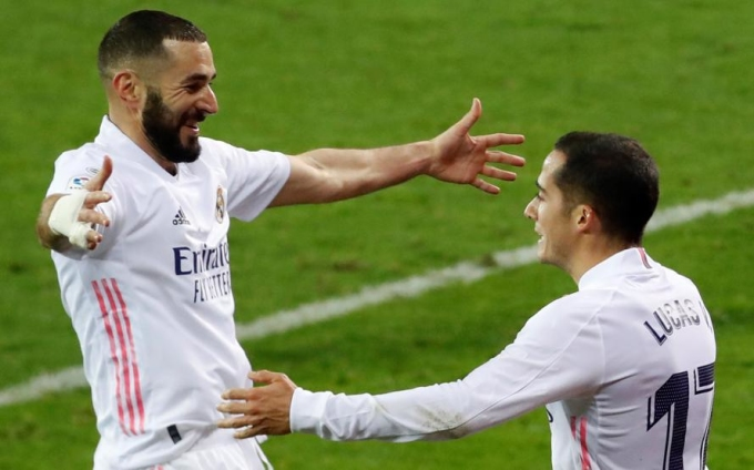 Benzema chia vui với Vazquez sau khi kiến tạo cho đồng đội ấn định tỷ số 3-1. Ảnh: EFE