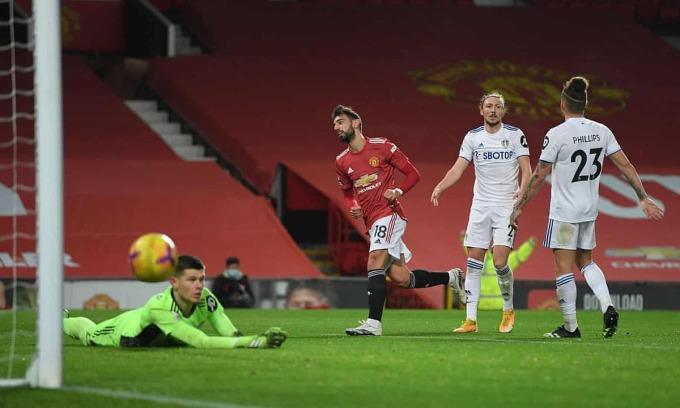Fernandes định đoạt trận đấu chỉ sau 20 phút, khi nâng tỷ số lên 3-0. Ảnh: Reuters.