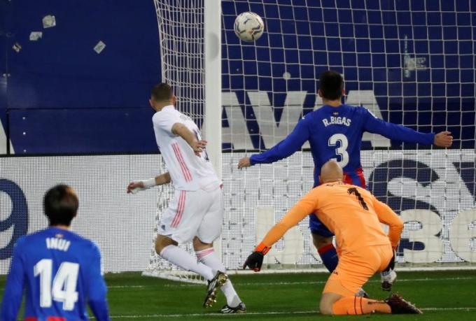 Benzema trong tình huống mở tỷ số cho Real ngay phút thứ sáu. Ảnh: EFE.