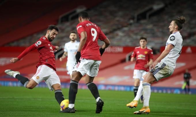 Bruno Fernandes nâng tỷ số lên 3-0 cho Man Utd trong trận thắng Leeds 6-2 hôm 20/12. Ảnh: EPA