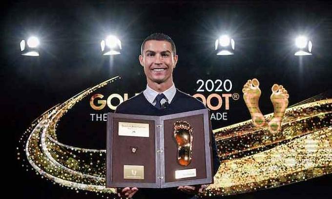 Ronaldo nhận giải Bàn Chân Vàng và được lưu dấu chân trên Đại lộ Chiến Thắng tại Monaco. Ảnh: Juventus FC.