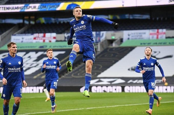 Vardy nhảy lên mừng bàn thắng thứ 13 của anh trong 15 trận trên mọi đấu trường mùa này. Ảnh: Reuters