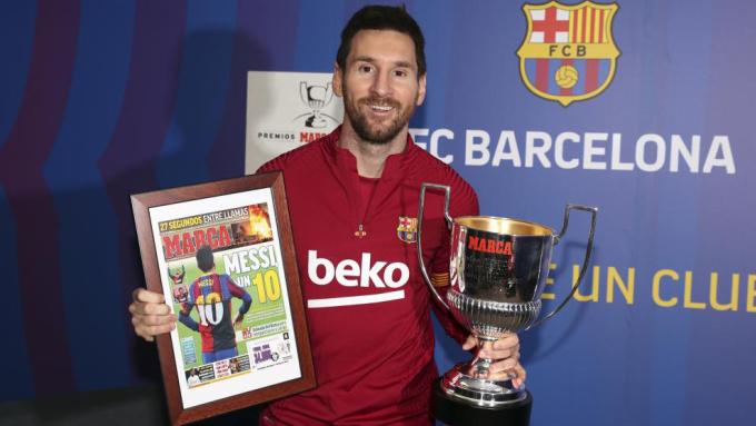 Messi bên giải thưởng Pichichi mùa 2019-2020. Ảnh: Marca.