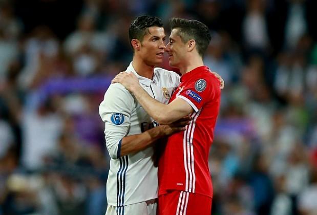 Lewandowski (phải) sẽ chờ thêm một năm nữa để có cơ hội giành Quả Bóng Vàng đầu tiên. Ảnh: Reuters.