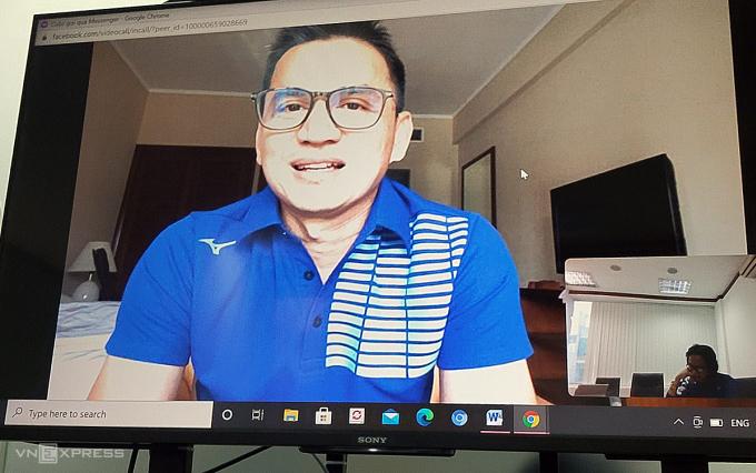 HLV Kiatisuk trả lời phỏng vấn trực tuyến với VnExpress từ phòng cách ly chiều 22/12. Ảnh: Anh Thắng.