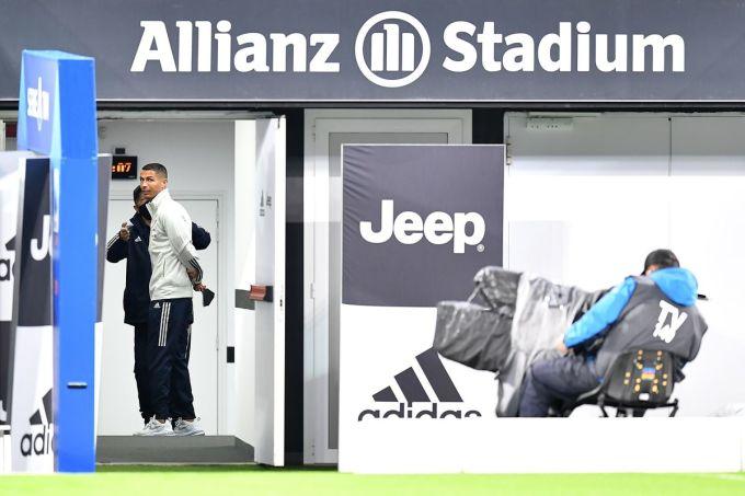 Ronaldo và các thành viên Juventus chờ ở sân Allianz hôm 4/10 cho tới khi trọng tài tuyên hoãn trận đấu vì Napoli không có mặt. Ảnh: ANSA