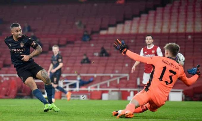 Runarsson mắc sai lầm nghiêm trọng ở bàn thua thứ hai của Arsenal. Ảnh: Reuters.
