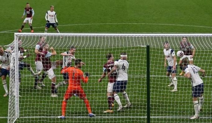 Kane phá bóng giải nguy cú đánh đầu của James Tarkowski ngay trên vạch vôi, giúp Tottenham thắng Burnley 1-0 hồi tháng 10. Cũng trận này, Kane còn kiến tạo cho Son Heung-min.